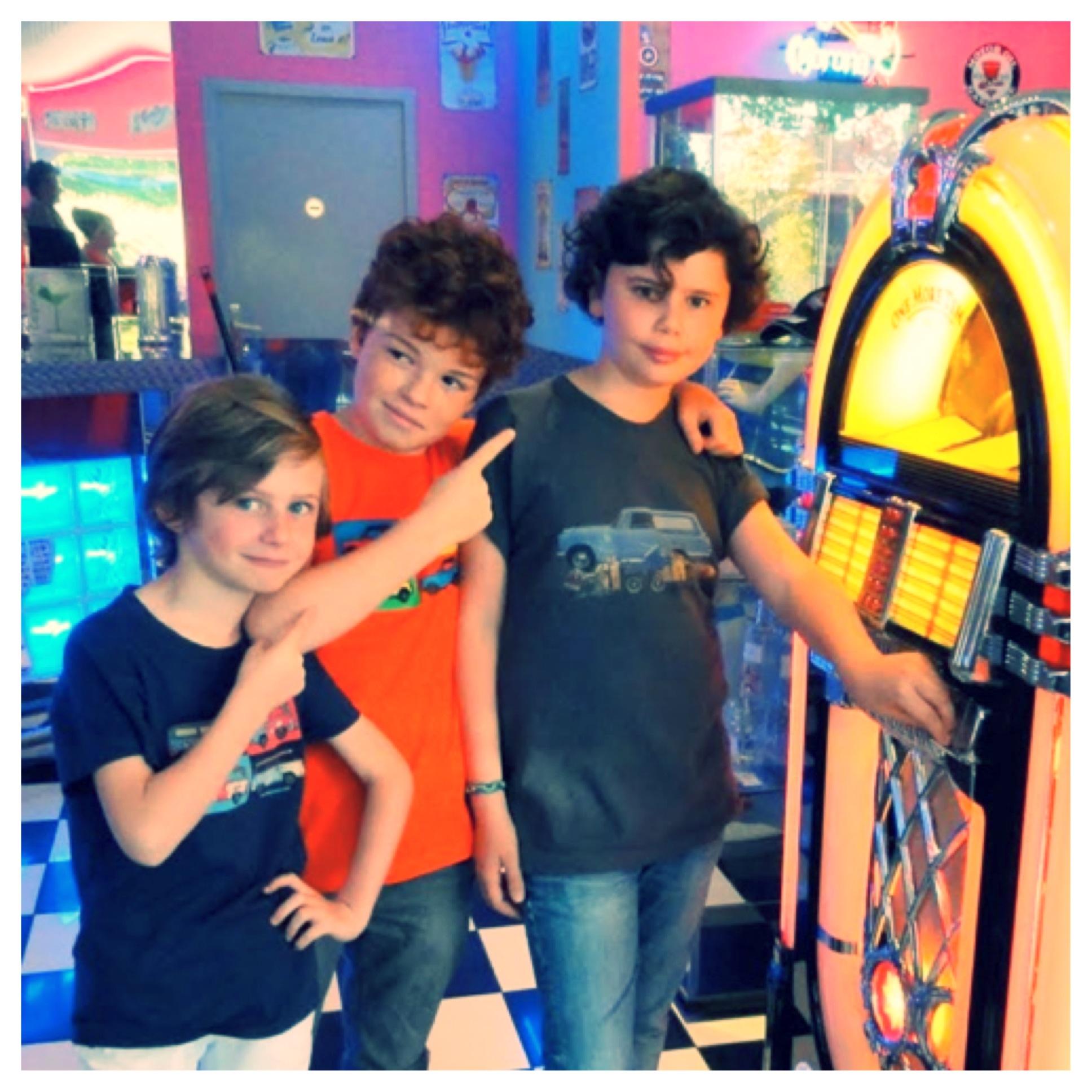 Notre joyeux trio de modèles porte des T-shirts combi surf, Mini pop art et Triumph Herald Ma Locomotion